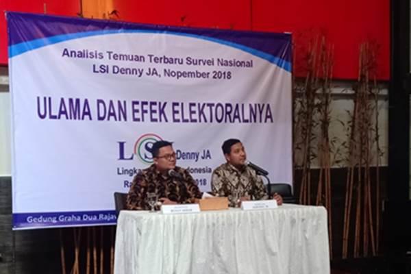 (Kanan) Peneliti Ikrama Masloman saat merilis hasil survei LSI Denny JA. - Bisnis/Muhammad Ridwan
