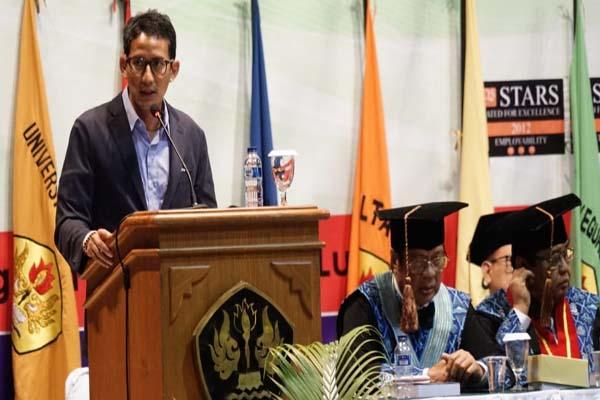 Calon Wakil Presiden Sandiaga Uno memberi sambutan dalam kegiatan wisuda mahasiswa Universitas Pasundan di Gedung Sasana Budaya Ganesha, Bandung, Rabu (14/11 - 2018).