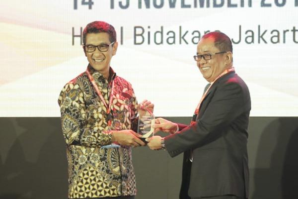 GM PLN Distribusi Jakarta Raya Ikhsan Asaad (kiri) saat menerima penghargaan dari Said Didu, salah satu anggota Dewan Juri IBEA 2018. - Istimewa
