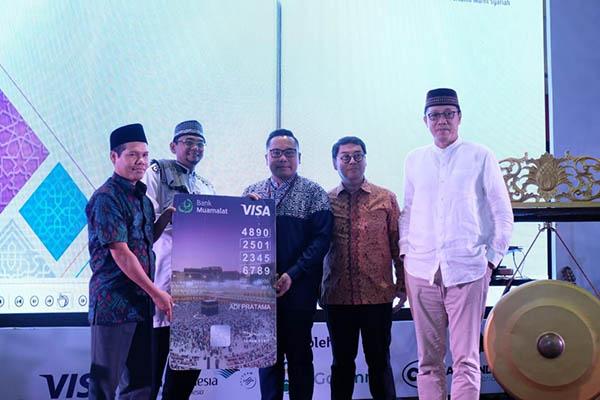 CEO Bank Muamalat Achmad K. Permana (kanan) dan Presiden Direktur Visa Worldwide Indonesia Riko Abdurrahman (tengah) meluncurkan kartu debit 1hram di Bekasi, Jawa Barat, Jumat (16/11/2018). - Istimewa/Bank Muamalat
