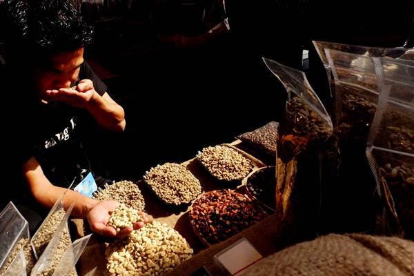 Pengunjung merasakan aroma biji kopi pada salah satu acara festival kopi. Kopi merupakan salah satu andalan ekspor Lampung. - JIBI/Nurul Hidayat