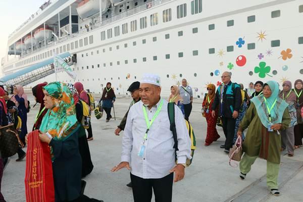 Wisatawan mancanegara turun dari kapal pesiar MV Superstar Libra saat bersandar di Pelabuhan Multi Purpose Kuala Tanjung milik PT Pelindo I, di Batubara, Sumatra Utara, Kamis (5/4/2018). - ANTARA/Irsan Mulyadi