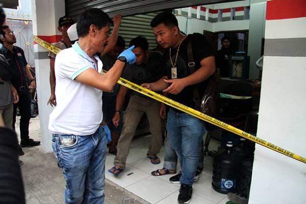 Tim Puslabfor Mabes Polri melakukan olah tempat kejadian perkara di rumah kios tempat perisitiwa pembunuhan satu keluarga, di kawasan Jatirahayu, Bekasi, Jawa Barat, Selasa (13/11/2018). - Antara