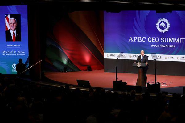 Wakil Presiden AS Mike Pence berbicara di hadapan para pemimpin dan perwakilan negara Asia Pasifik dalam APEC CEO Summit 2018 di Port Moresby, Papua Nugini, Sabtu (17/11). - Reuters/Fazry Ismail