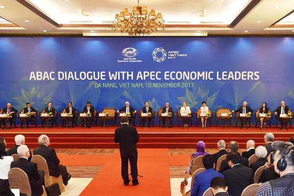 Presiden Joko Widodo (keempat kiri) besama para pemimpin ekonomi negara APEC saat melakukan dialog antara Pimpinan negara ekonomi dengan APEC Business Advisory Council (ABAC) di Da Nang, Vietnam, Jumat (10/11). - ANTARA/Yusran Uccang