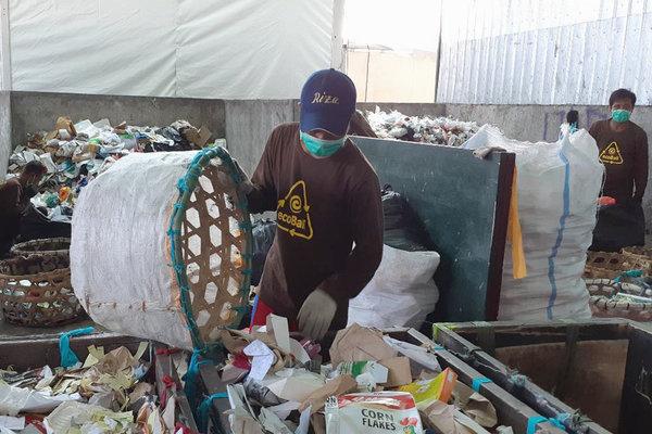 Pekerja sedang memilah sampah secara manual di workshop EcoBali Recycling, Kuta Utara, Badung, Bali. - Bisnis/Ema Sukarelawanto