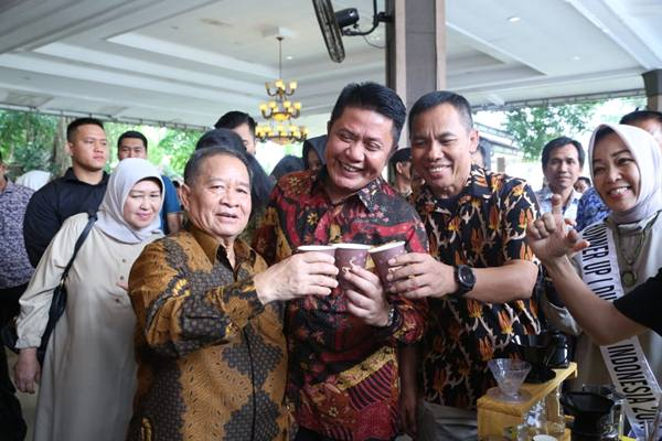 Gubernur Sumsel Herman Deru (tengah) saat menunjukkan kopi asli Sumsel.?Istimewa