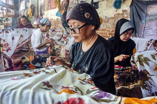 Perajin memproduksi batik di Kampung Batik Kauman, Pekalongan, Jawa Tengah, Kamis (27/9/2018). - ANTARA/Harviyan Perdana Putra