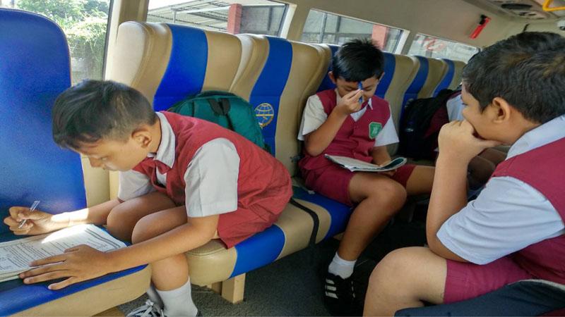 Bus Sekolah Kota Denpasar - Bisnis/Feri Kristianto