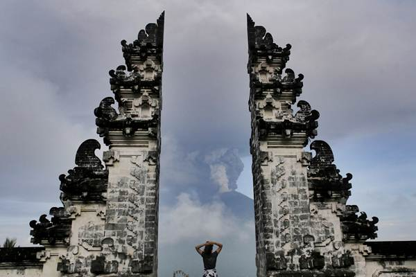 Wisatawan mengamati letusan Gunung Agung dari Pura Lempuyang, Karangasem, Bali, Senin (27/11). - Reuters/Johannes P. Christo