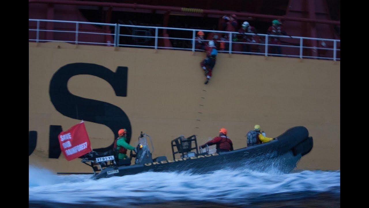 Aksi aktivis Greenpeace di kapal Stolt Tenacity, diunggah ke Yotube oleh pemilik akun Bart Bart Oosterveld.
