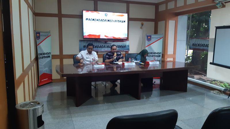 (Dari kiri ke kanan) Kepala Pusat Penerangan Kementerian Dalam Negeri (Kemendagri) Bahtiar, anggota Badan Pengawas Pemilu (Bawaslu) Mochammad Afifuddin, dan Direktur Eksekutif Perludem Titi Anggraeni pada acara diskusi