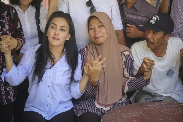 Aktivis perempuan yang juga anggota Komisi VI DPR Rieke Diah Pitaloka (kiri) mendampingi Baiq Nuril Maknun (tengah) terpidana kasus Undang-Undang Informasi dan Transaksi Elektronik saat jumpa pers di Fakultas Hukum Unram, Mataram, NTB, Selasa (20/11/2018). Rieke Diah Pitaloka mendesak Mahkamah Agung agar segera mengirim salinan putusan agar bisa dijadikan dasar Peninjauan Kembali (PK) untuk membela Nuril. - Antara/Hero