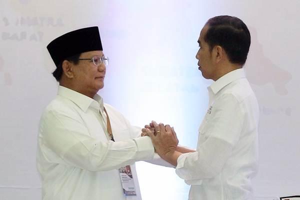 Calon Presiden Joko Widodo (kanan) berbincang dengan capres Prabowo Subianto di sela-sela pengambilan undian nomor urut untuk Pilpres 2019, di kantor Komisi Pemilihan Umum, Jakarta, Jumat (21/9/2018). - JIBI/Dwi Prasetya