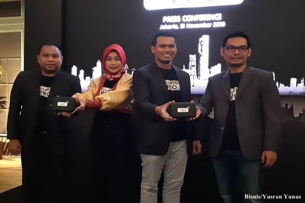 Founder JavaMifi, Andintya Maris (kedua dari kiri), bersama jajaran eksekutif JavaMifi, memperkenalkan produk terbarunya,   JavaMifi Pro, sebuah layanan berlangganan JavaMifi dengan metode pembayaran bulanan (postpaid/pascabayar), Rabu sore   (21/11/2018)/Bisnis - Yusran Yunus