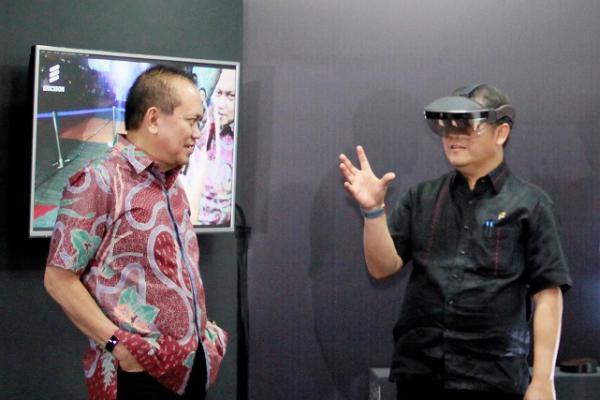 President Director & CEO Indosat Tbk. Chris Kanter (kiri) menemani Menteri Komunikasi dan Informatika Republik Indonesia Rudiantara (kanan) saat melakukan uji coba 5G melalui 3D-Augmented Reality di Jakarta, Rabu (21/11/2018). - Indosat