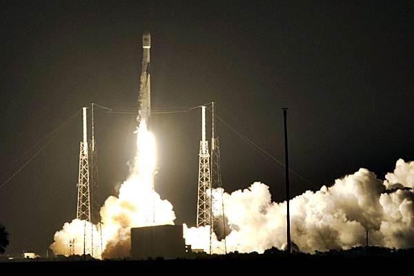Ilustrasi: Roket Falcon 9 membawa Satelit Merah Putih pada peluncuran di Cape Canaveral, Florida, Amerika Serikat, Senin (6/8/2018). Satelit milik PT. Telkom Tbk., itu berhasil mengudara dan akan menempati orbitnya sekitar 11 hari mendatang atau pada 18 Agustus 2018. - ANTARA/Saptono