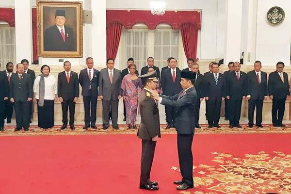 Presiden Joko Widodo (kanan) menyematkan tanda pangkat kepada Kepala Staf TNI Angkatan Darat yang baru dilantik, Letnan Jenderal TNI Andika Perkasa, di Istana Negara, Jakarta, Kamis (22/11/2018). Andika pernah menjabat sebagai Komandan Pasukan Pengamanan Presiden pada masa awal pemerintahan Jokowi pada 2014. - JIBI/Yodie Hardiyan