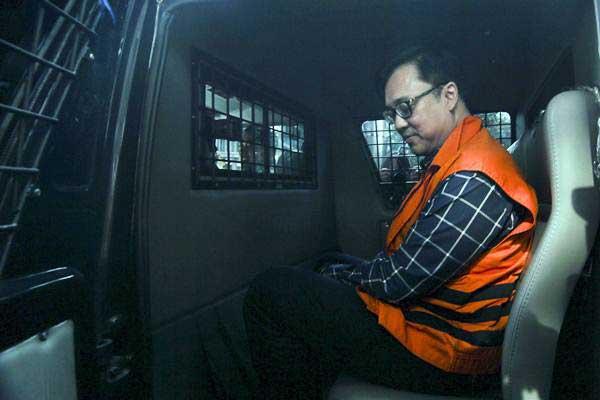Direktur Operasional Lippo Group Billy Sindoro berada di dalam mobil tahanan seusai menjalani pemeriksaan di gedung KPK, Jakarta, Selasa (16/10/2018). - ANTARA/Dhemas Reviyanto