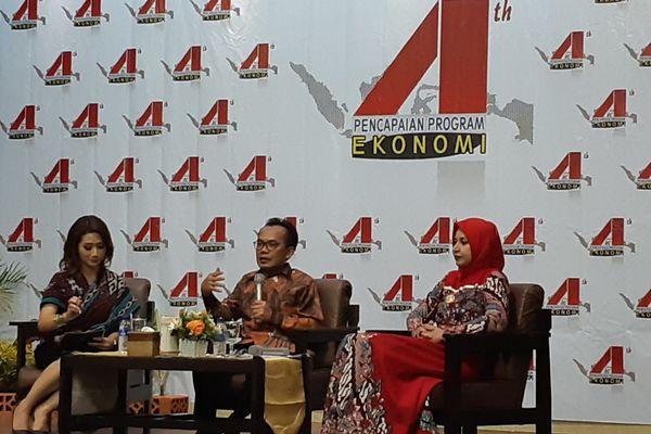 Sekretaris Kementerian Koordinator (Kemenko) Bidang Perekonomian Susiwijono Moegiarso (tengah), didampingi Bupati Jember Faida (kanan), memberikan paparan dalam talkshow