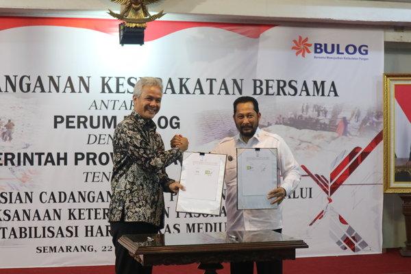 Gubernur Jateng Ganjar Pranowo (kiri) bersama Dirut Perum Bulog Budi Waseso melakukan penandatanganan Pendistribusian Cadangan Beras Pemerintah (CBP), melalui Pelaksanaan Ketersediaan Pasokan dan Stabilisasi Harga (KPSH) Beras Medium. - Bisnis