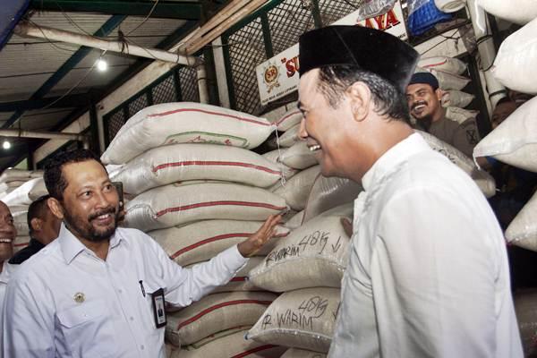Menteri Pertanian (Mentan) Amran Sulaiman (kanan) bersama Direktur Utama Perum Badan Urusan Logistik (Bulog) Budi Waseso melakukan inspeksi mendadak (sidak) ke Pasar Beras Induk Cipinang (PIBC), Jakarta, Kamis (8/11/2018). - ANTARA/Galih Pradipta