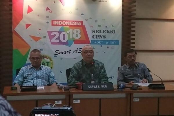 Kepala Badan Kepegawaian Negara (BKN) Bima Haria Wibisana (tengah) memberikan keterangan tentang Seleksi CPNS 2018 di Gedung BKN, Jakarta, Kamis (22/11). - Bisnis/Yusran Yunus