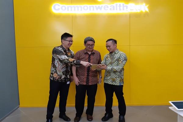 Head of Wealth Management & Retail Digital Business Bank Commonwealth Ivan Jaya (kanan) berbincang dengan Direktur Program INDEF Berly Martawardaya (tengah) di gedung WTC 6, Jakarta, Kamis (22/11/2018). - Bisnis/Muhammad Khadafi