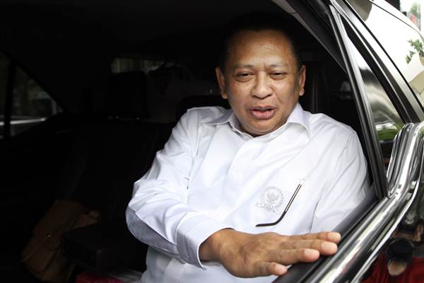 Ketua DPR Bambang Soesatyo menaiki mobil seusai menjalani pemeriksaan di gedung KPK Jakarta, Jumat (8/6/2018). - ANTARA/Elang Senja