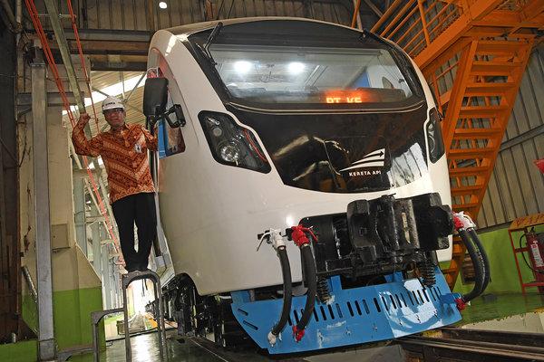 Direktur Utama PT INKA Budi Noviantoro berpose di kereta LRT di Pabrik PT INKA, Madiun, Jawa Timur, Rabu (7/11/2018). - Antara/Zabur Karuru