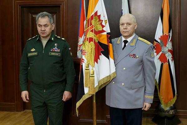 Menteri Pertahanan Rusia Sergei Shoigu (kiri) menyerahkan bendera kepada Kepala GRU Igor Korobov (kanan) dalam sebuah upacara di Moskow, Rusia, Selasa (2/2/2016). - Kementerian Pertahanan Rusia via Reuters