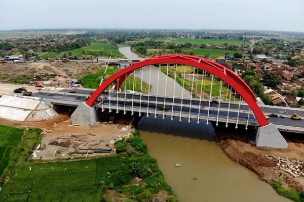 Foto aerial proyek pembangunan jembatan Kali Kuto di ruas jalan tol Semarang-Batang, Sambungsari, Weleri, Kabupaten Kendal, Jawa Tengah, Rabu (7/11/2018). - JIBI/Nurul Hidayat