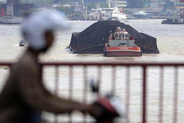 Kapal tongkang pengangkut batu bara melintas di Sungai Musi, Palembang, Sumatra Selatan, Rabu (7/3/2018). - ANTARA/Nova Wahyudi