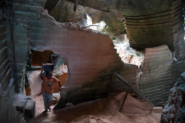 Pekerja menambang pasir batu kapur untuk dijadikan bahan bangunan di Tambang Batu Kapur Arosbaya, Bangkalan, Jawa Timur, Senin (19/11/2018).  - Antara/Zabur Karuru