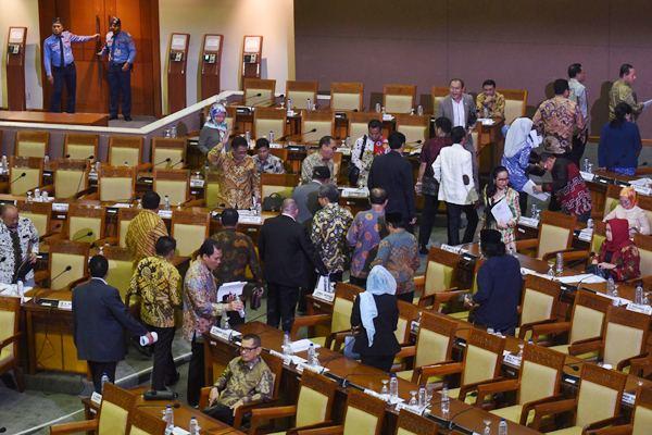 Sejumlah anggota DPR yang menolak hak angket KPK melakukan 'walkout' saat Rapat Paripurna DPR di Kompleks Parlemen, Senayan, Jakarta, Jumat (28/4). - Antara/Akbar Nugroho Gumay