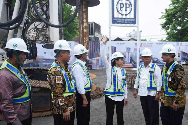 Menteri PUPR Basuki Hadimuljono (kedua kanan), Menteri BUMN Rini Soemarno (ketiga kanan), Menteri Perhubungan Budi Karya Sumadi (ketiga kiri), Komisaris PT PP Sumardi (kiri), Dirut PT PP Tumiyana (kedua kiri) dan Direktur Utama KAI Edi Sukmoro (kanan) berbincang saat meninjau ground breaking Transit Oriented Development (TOD) Juanda dan Tanah Abang di Stasiun Juanda, Jakarta, Selasa (10/10). - ANTARA/Akbar Nugroho Gumay