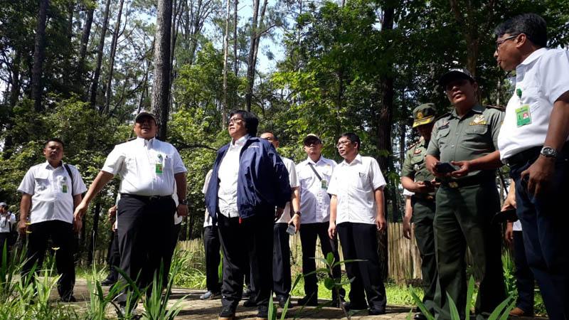 Menteri Lingkungan Hidup Siti Nurbaya (berjaket biru) saat meninjau kondisi perhutanan sosial di Kawasan Taman Wisata Alam Punti Kayu Palembang, Rabu (21/11/2018). - Bisnis/Dinda Wulandari