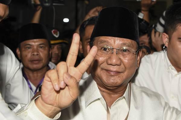 Calon Presiden Prabowo Subianto menunjukan dua jari seusai mengikuti pengundian dan penetapan nomor urut di gedung KPU, Jakarta, Jumat (21/9/2018). - ANTARA/Hafidz Mubarak A