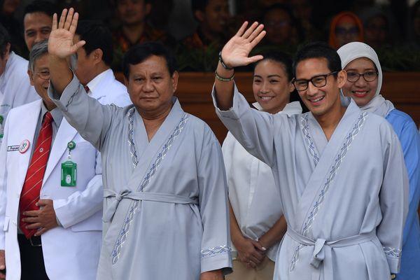 Bakal calon presiden dan wakil presiden Pilpres 2019 Prabowo Subianto (kiri) dan Sandiaga Uno (kedua kanan) melambaikan tangan usai pemeriksaan awal tes kesehatan di RSPAD, Jakarta, Senin (13/8) sebagian bagian persyaratan capres dan cawapres Pilpres 2019. - ANTARA FOTO/Sigid Kurniawan