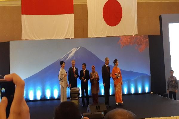 Wapres Jusuf Kalla beserta istri bersama Dubes Jepang untuk Indonesia Masafumi Ishii dan Dubes Jepang untuk Asean Kazuo Sunaga bersulang memperingati hari ulang tahun Kaisar Jepang Hirohito yang ke-85 di Hotel Mulia Senayan, Jakarta Selatan, Kamis (22/11/2018) - Dwi Nicken Tari