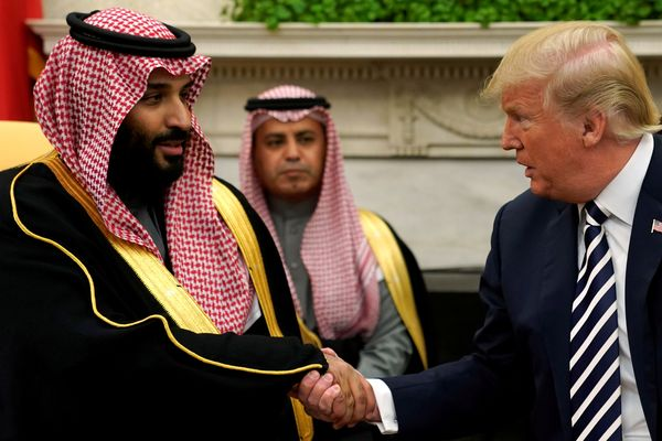 Putra Mahkota Arab Saudi Pangeran Mohammad bin Salman (kiri) berjabat tangan dengan Presiden AS Donald Trump (kanan) di Gedung Putih, Washington, DC, AS, Selasa (20/3). - Reuters/Jonathan Ernst