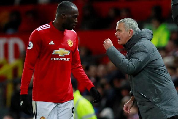 Striker Manchester United Romelu Lukaku (kiri) dan pelatih Jose Mourinho. - Reuters/Jason Cairnduff
