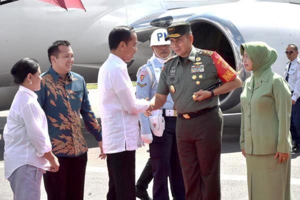 Presiden Joko Widodo dan Ibu Negara Iriana Joko Widodo bersama rombongan tiba di Bandar Udara Raden Inten II, Kabupaten Lampung Selatan, Provinsi Lampung, pada pukul 09.30 WIB. (istimewa)