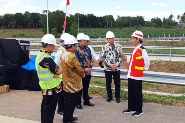 Presiden Joko Widodo saat meninjau proyek tol Trans Sumatra Bakauheni-Terbanggi Besar di Provinsi Lampung, Jumat (23/11 - 2018). (istimewa)