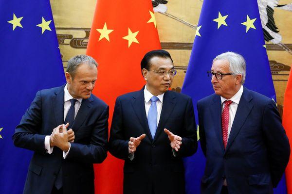 Ilustrasi: Presiden Dewan Eropa Donald Tusk (kiri), PM China Li Keqiang (tengah), dan Presiden Komisi Eropa Jean-Claude Juncker usai penandatangan kesepakatan antara China dan Uni Eropa di Beijing, China, Senin (16/7/2018). - Reuters/Thomas Peter