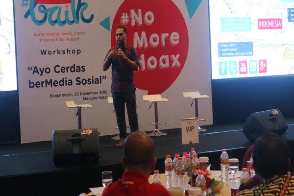 Social Media Expert Enda Nasution saat memberikan materi kepada ratusan guru di Banjarmasin. - Arief Rahman