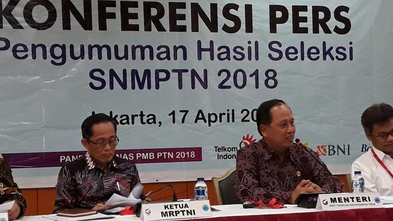 Menteri Ristekdikti Mohamad Nasir (kedua dari kanan) memberi keterangan pers terkait Pengumuman Hasil Seleksi SNMPTN 2018, Selasa (17/4/2018). - Bisnis/Yusran Yunus