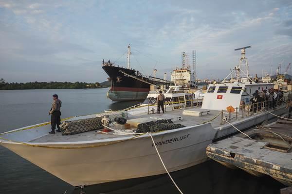 Polisi menjaga kapal Wanderlust berbendera Sierra Leone di Pelabuhan Bea dan Cukai Tanjung Uncang, Batam, Kepulauan Riau, Senin (17/7). Tim gabungan berhasil menangkap Kapal Wanderlust berbendera Sierra Leone pengangkut satu ton narkoba jenis sabu yang tertangkap di Banten beberapa waktu lalu di Perairan Pulau Sambu, Batam Sabtu (15/7) lalu. ANTARA FOTO - M N Kanwa