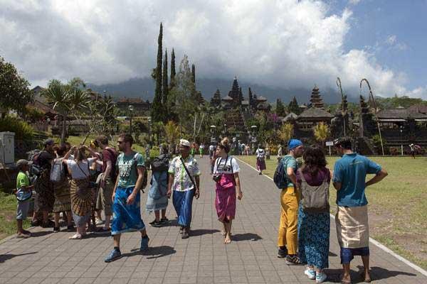 Wisatawan beraktivitas di Pura Besakih yaitu Pura yang berada di kaki Gunung Agung, Karangasem, Bali, Selasa (19 - 9).ANTARA/Nyoman Budhiana
