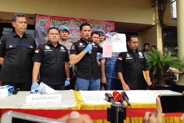 Kasat Reskrim Polres Jakarta Barat AKBP Edy Suranta Sitepu menunjukkan barang bukti surat kuasa yang menjadi dalih Hercules dkk melakukan aksi premanisme - Bisnis/Aziz Rahardyan